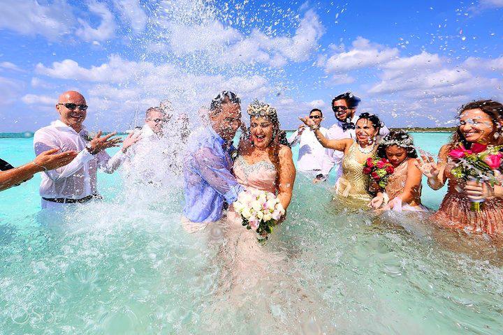 Rizsszemek és virágok helyett sós tengervizet zúdítottak az ifjú párra.