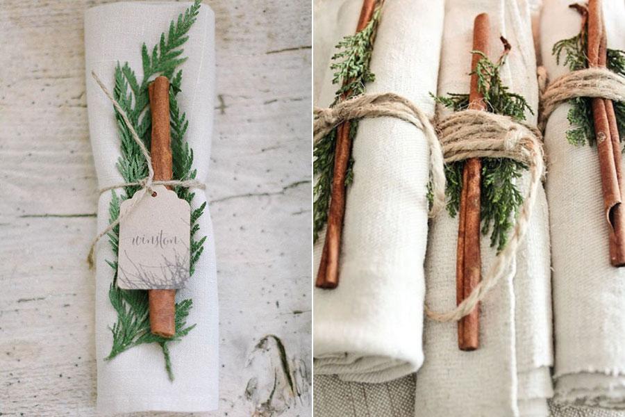 Rusztikus hangulatot kölcsönöz a terítéknek a fahéjjal, fenyőággal és lenszállal átkötött textilszalvéta.