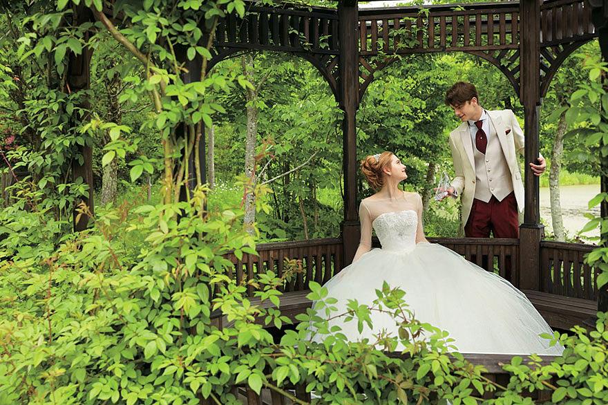 Hamupipőke kedvelői fehér ruhát is választhatnak.