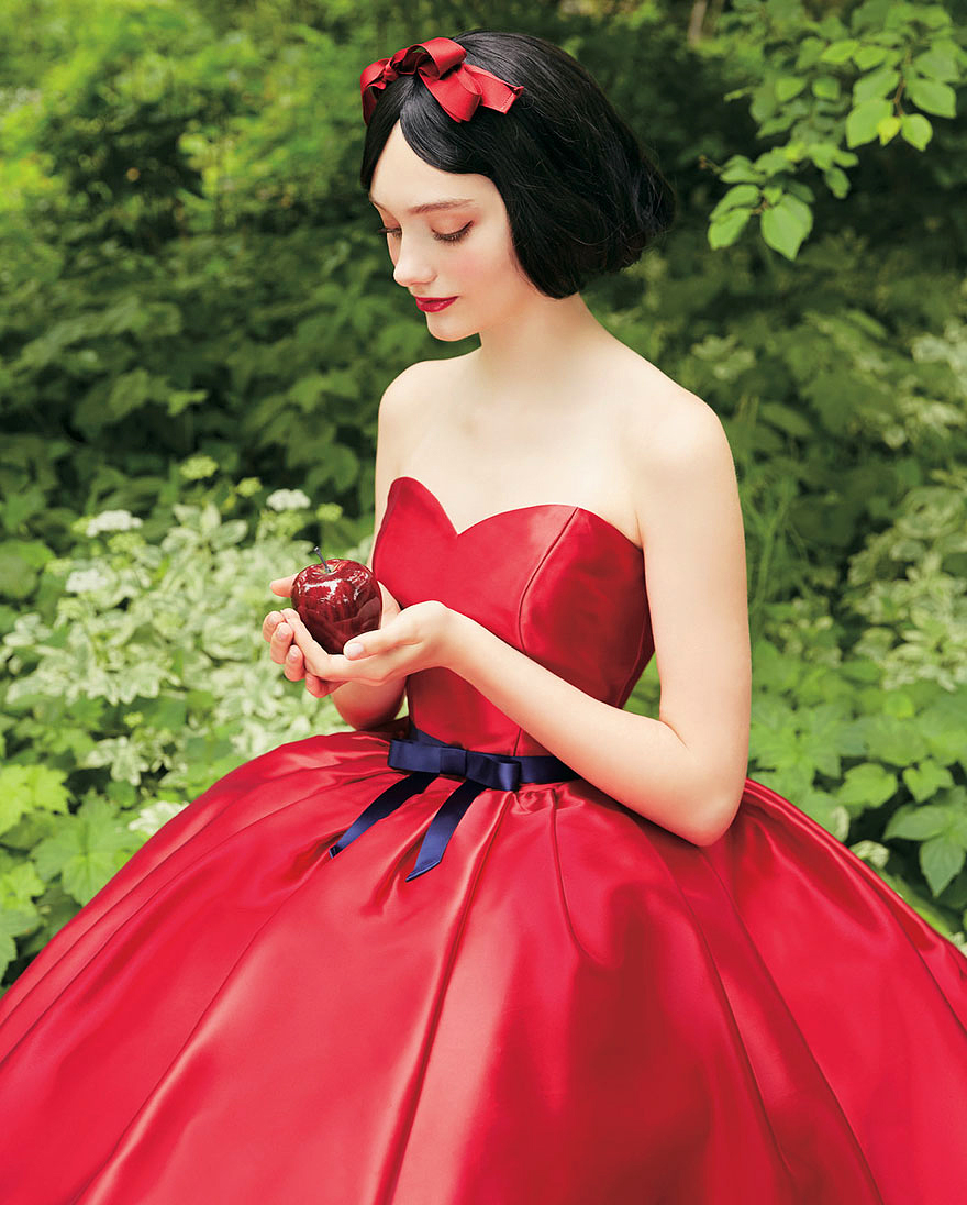Hófehérke vörös ruhát is kapott a tervezőktől.