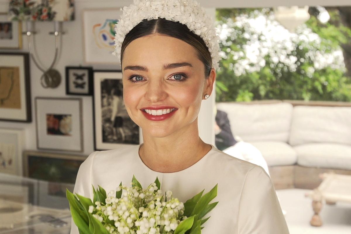 Gyöngyös, virágos fejdíszét a kalapok és fejfedők híres mágusa, Stephen Jones tervezte. Menyasszonyi csokrában is csak gyöngyvirágok voltak, melyek visszaköszöntek a ruha díszítésében.