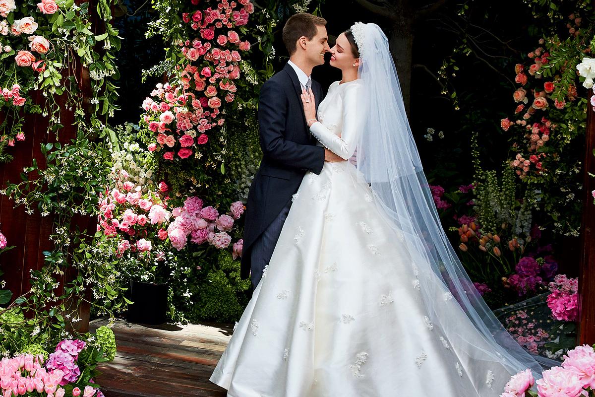 A vajszínű selyemszoknyát gyöngyvirágok díszítik. Ez a hosszú ujjú ruha valószínűleg nagy hatással lesz az őszi esküvői divatra.