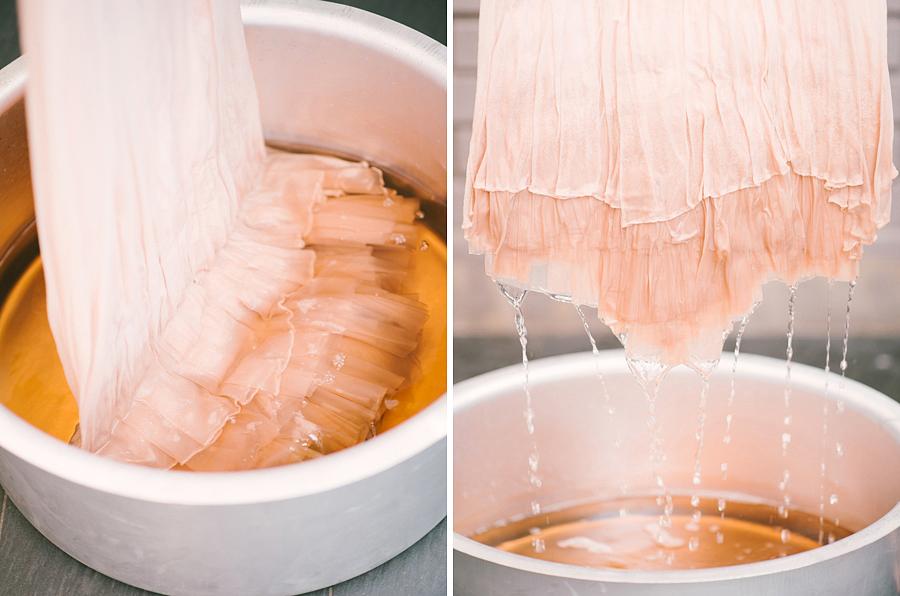 Most csak a ruha alsó részét mártsd bele a festékbe, hogy felülről lefelé haladva, egyre sötétebb színhatást kapj.