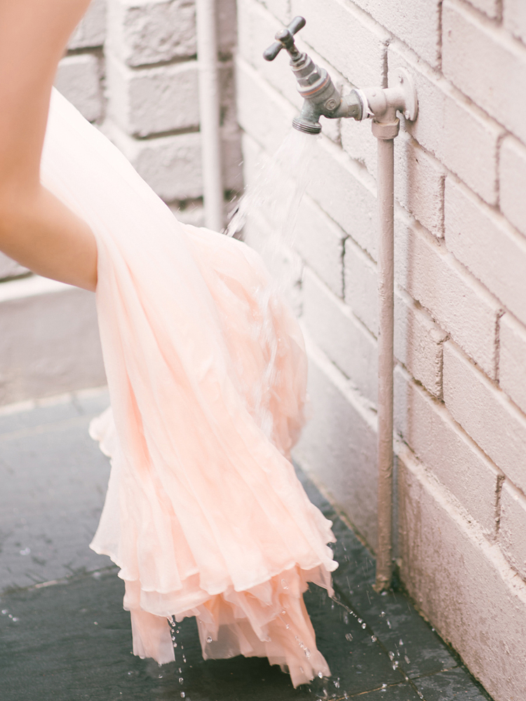 Mielőtt a festékbe mártanád, alaposan nedvesítsd meg a ruhát.