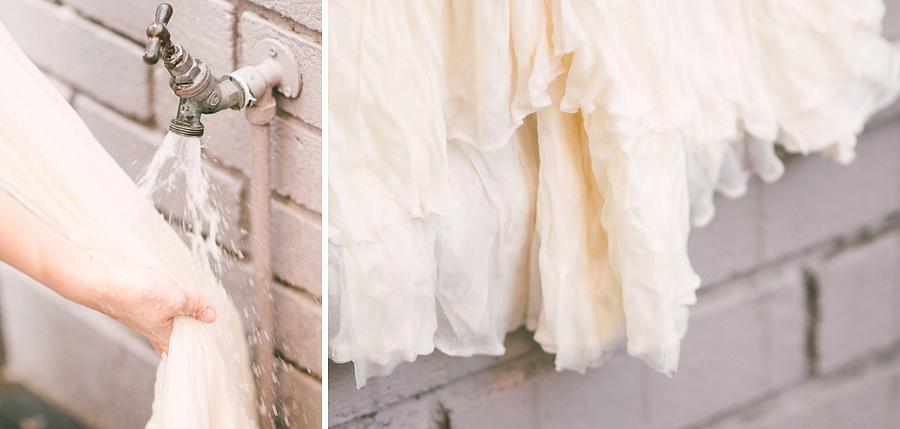 A felesleges festékréteget öblítsd le a ruháról, amíg a víz tiszta nem lesz.