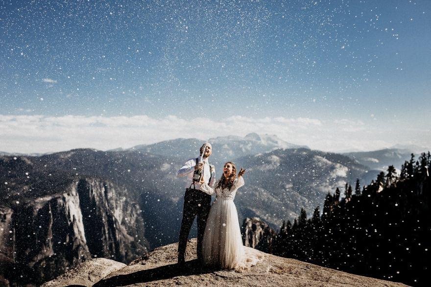 A hegycsúcs szép szimbóluma az egész esküvői szertartásnak. Azért reméljük, helikopterrel jutottak fel oda.