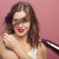 Lágy hullámok tésztaszűrővel készítve: így még biztosan nem szárítottál hajat