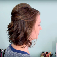 Kétszer dúsabbnak mutatja a hajat: így tűzd fel a félhosszú frizurát
