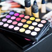 Így nézne ki egy nő, ha soha nem mosná le a sminkjét - 365 réteg festéket vállalt a modell