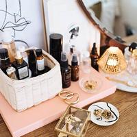 Mutatós parfümtároló egyszerűen: feldobja a sminkasztalt