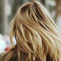 Egy apró esti trükk, amitől reggelre hajmosás nélkül lesz friss a frizurád