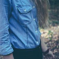 Karcsúbb derékfazon varrás nélkül: így viseld nőiesen a bő inget