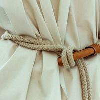 Kötelet fűzött a nadrágjába, és megkötötte: ilyen csinos lett