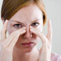 Így masszírozd le a szemed alól a karikákat: a rózsa és a termálvíz segít