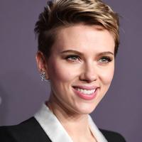 Scarlett Johansson nagyon dögös rövid hajjal: ilyen sokféle módon variálja