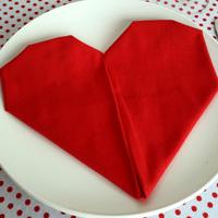 Hajtsd szív alakúra a szalvétát: az esküvői asztal éke lesz