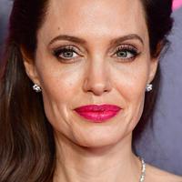 Egy apróság, amitől Angelina Jolie szebb, mint valaha: így változtatja meg az arcot a szemöldökdivat
