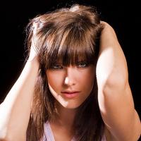 Figyeld a nő kezét: egy pillanat alatt rövid frizurája lesz, hajvágás nélkül!