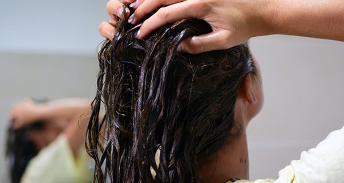 Így egyenesítsd ki a hajad vasalás nélkül: egyetlen pakolással