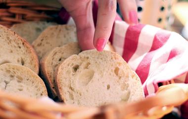 Gombóccá gyúrt egy szelet kenyeret, és a ruhához nyomkodta