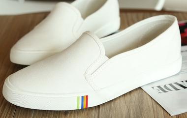 Beszürkült a fehér cipőd? Próbáld ki ezt, és újra hordhatod!