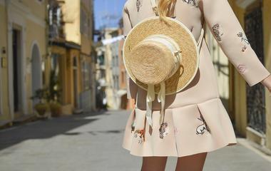 Erre szükséged lesz a hétvégén: nőies szalmakalapok forrósághoz