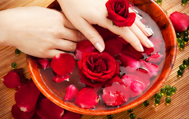 Ragyog tőle a bőr, ezért imádják a modellek: így készítsd el a rózsavizet!