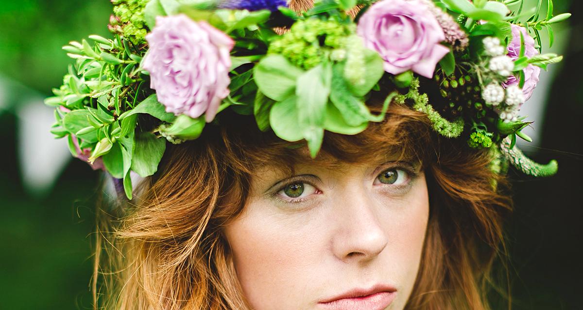 Elbűvölő virágkoszorúk a menyasszony hajába