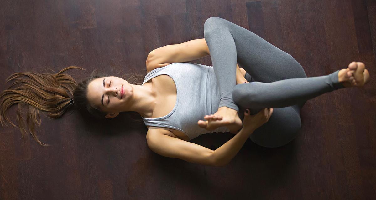 10 perces alvássegítő jóga, ami izomláz ellen is jó: fel sem kell kelned a földről