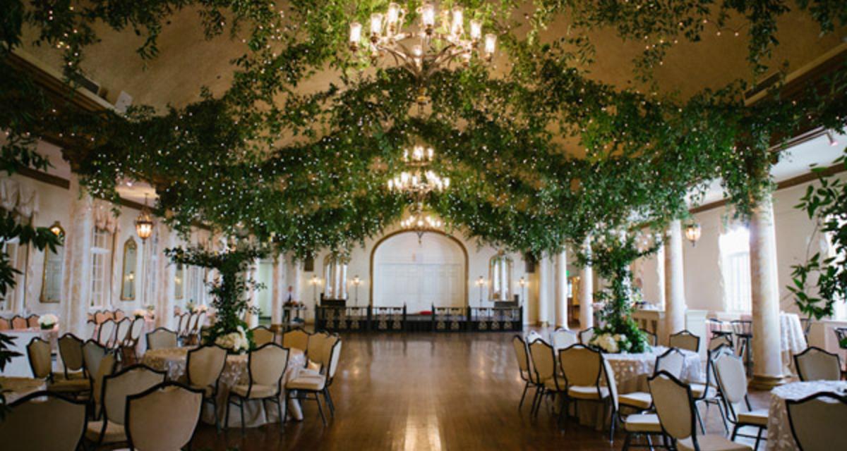 Így lehet kerti esküvőd egy teremben - 4 ötlet, ami odavarázsolja a természetet