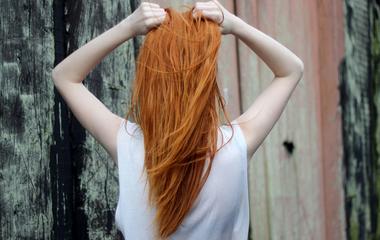 Így egyenesítsd ki a hajad vasaló és hajszárító nélkül - Hőmentes módszer