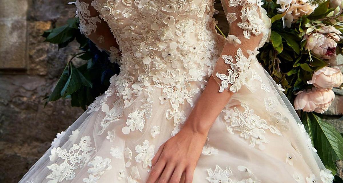 Habkönnyű virágok az esküvői ruhán: tündéri ez az őszi trend