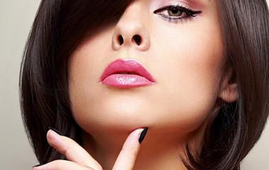 Így sminkeld az ajkaid, hogy teltebbnek tűnjenek - Pofonegyszerű módszer profiktól!