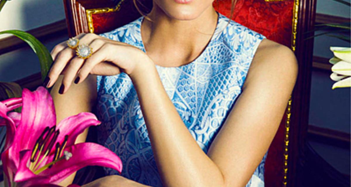 Gyönyörű fotókon a stílusikon - Ékszereket reklámoz