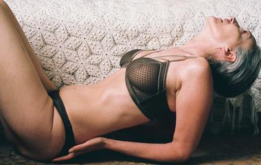 57 évesen is fehérneműben pózol a modell - Ilyenkor is gyönyörű a női test