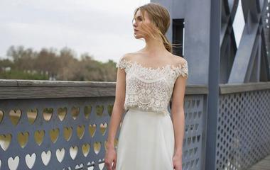 Modern, kétrészes esküvői ruhák - Nem baj, ha picit kilátszik a hasad!