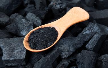 Házi arcpakolás aknéra és fekete mitesszerre: az aktív szén mindent kipucol