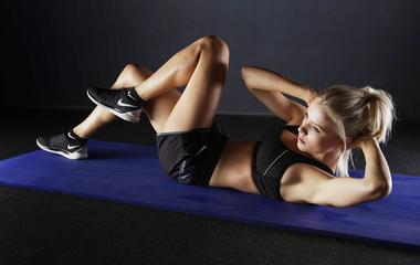 Ez az edzés számolja a ledolgozott kalóriákat: azonnal látod a videón