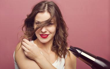 Így szárítsd be a hosszú frufrut, hogy ne lapuljon rá a homlokodra!