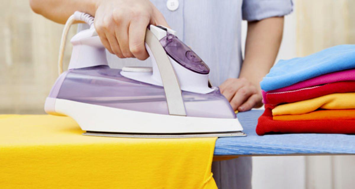 Így simítsd ki a gyűrött ruhát vasalás nélkül: csak pár mozdulat!