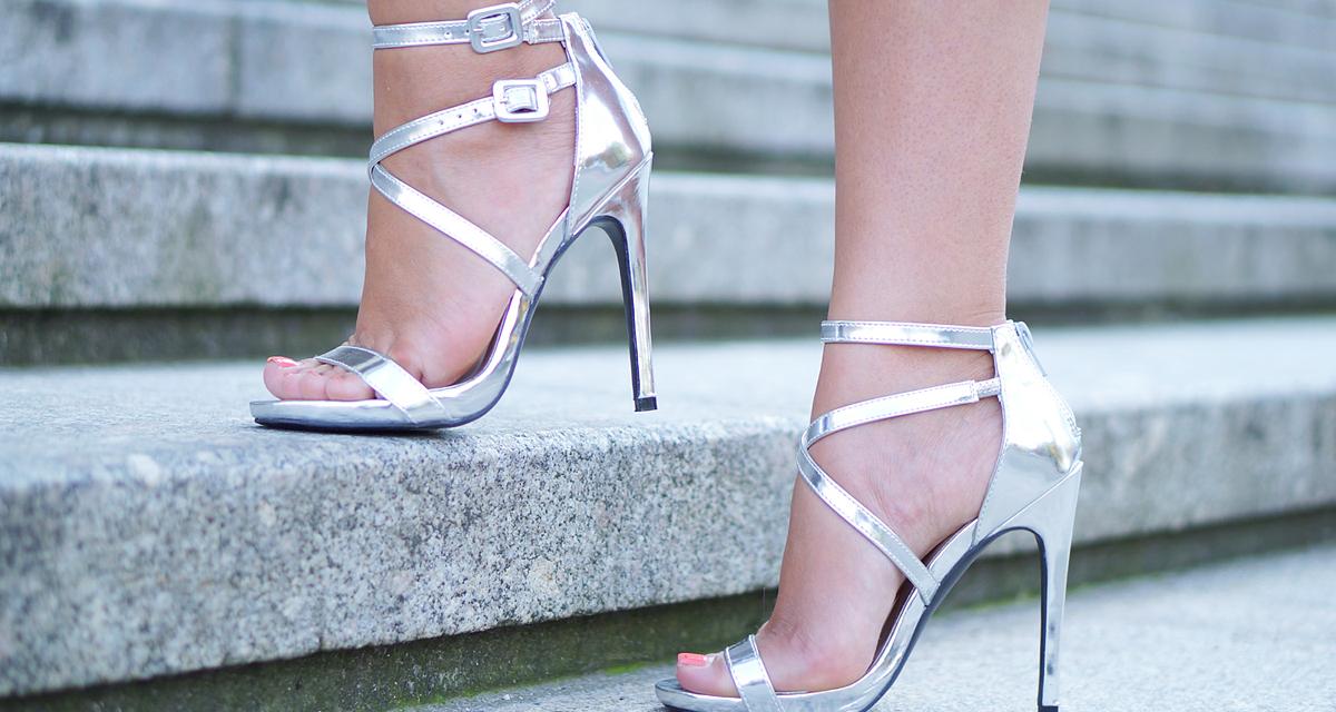 Ez most a legmenőbb kiegészítő: így viseld a fémhatású cipőt