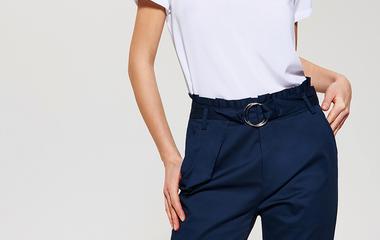 3 divatos nadrágfazon, ami darázsderekat formál: elképesztően nőiessé teszik az alakot