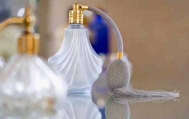 Ezt tedd a parfümöddel, hogy tovább tartson! - A szakértő beavat a titokba