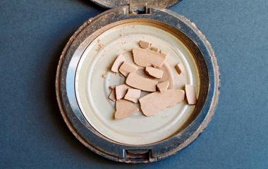 Így gyárts vadiúj sminket a tönkrement púderből egy zseniális módszerrel