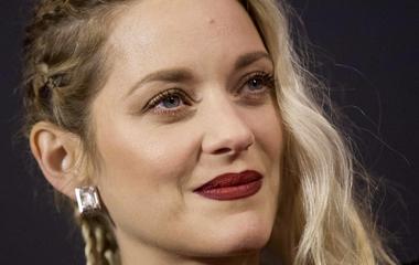 A 42 éves színésznőnek nincs szüksége sminkre: natúr arccal került címlapra