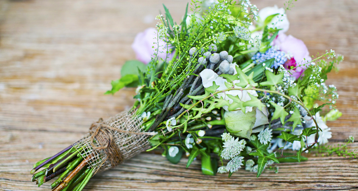 Csupa báj és vidámság: színes menyasszonyi csokrok vadvirágból