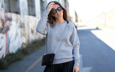 Sportos pulóverek nőies stílusban: így viseld a kapucnis és feliratos felsőket