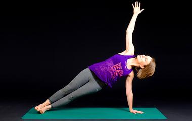 A jóga nemcsak relaxálásra jó: ezt próbáld ki, ha feszes feneket és lapos hasat akarsz