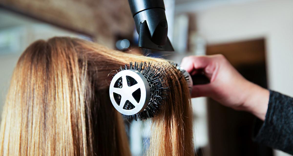 Fényes és dús lesz, ha így egyenesíted ki a hullámos hajat!