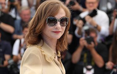 A francia film nagyasszonya 64 éves és apró, de mindig kitűnik a tömegből